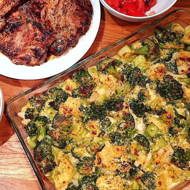 såg att en del efterfrågade recept på den broccoli- och blomkålsgratäng jag gjorde i tisdags  (bilden gör den ej rättvisa..) Smaka er fram så den passar er, alla tycker ju olika, men såhär gjorde jag & vi tyckte det blev kanongott  (tomatsalladen vi hade till gjorde jag bara med tomat, basilika, salt, peppar & balsamvinäger - gott!) . 2 schalottenlökar  3 dl mjölk 2 dl vatten, från koket av #broccoli & #blomkål 1,5-2 dl #Västerbottensost 1 dl #grädde 1 ägg (ha i det sist då det ej får koka)…