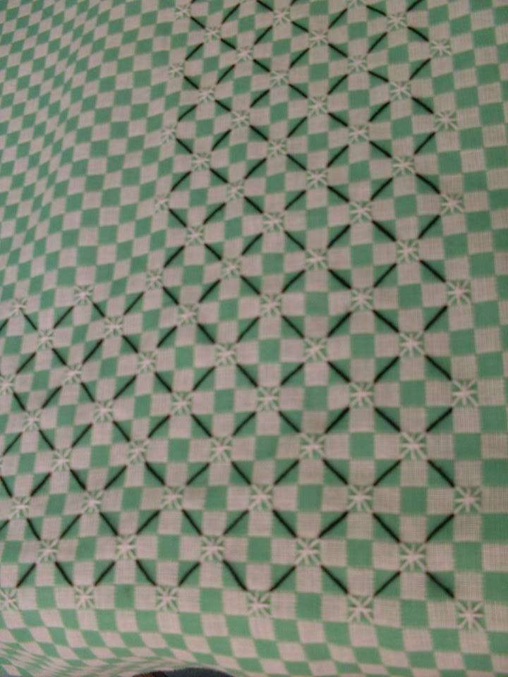 Toalha  de  mesa , com barrado bordado  em tda volta.