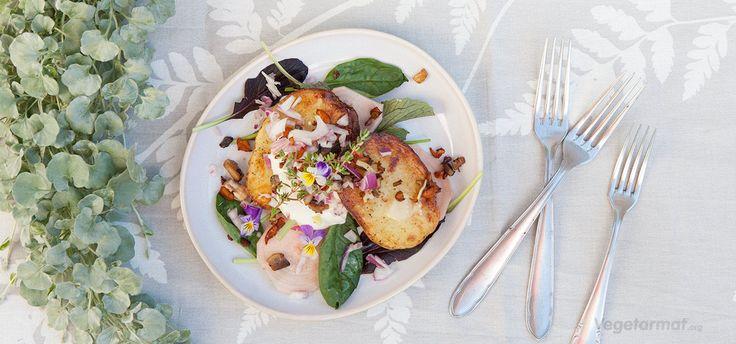 Ville poteter er halve poteter bakt i ovn, servert med sprøstekt kantarell, rødløk, rømme og spinat. Alle råvarene trives i et nordisk klima og bør kjøpes i sesong. Er du så heldig å ha en kjøkkenhage kan du høste ingrediensene selv. Prøv denne smakfulle vegetarretten eller en av våre mange andre vegan- og vegetaroppskrifter.