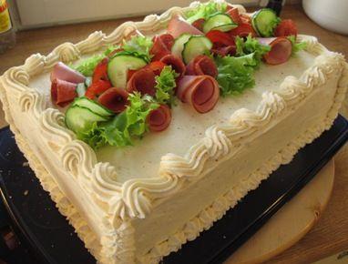 Kinkku-meetvursti voileipäkakku
