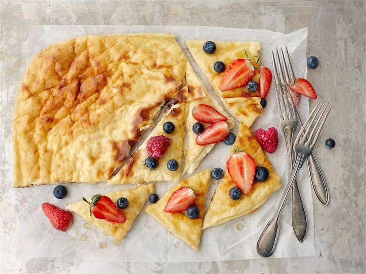 Rahkapannari. Hetkessä pannari, jonka voi nauttia hyvillä mielin. Pannarin voi toki tarjota perinteisesti kermavaahdon ja hillon kera, mutta terveellisemmän välipalan tai jälkiruoan saat tuoreiden marjojen tai kevyesti sokeroidun marjasurvoksen kanssa.