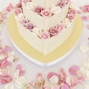 deliciosa #torta de #casamiento con chocolate blanco y rosas hechas con azúcar, no es una delicia??!! #weddings