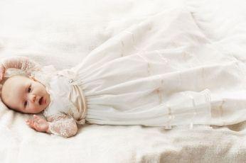długa sukieneczka do chrztu z koronkowym wdziankiem