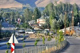Şırnak ve Vanda PKK Saldırısı TSK Operasyon Başlattı  Şırnakta terör örgütü PKK üyeleri tarafından yola döşenen bomba patlatıldı. Vanda ise PKKlılar tarafından silahlı saldırı düzenlendi.      Şırnakın İdil İlçesinde PKKlılar yola tuzakladıkları patlayıcı maddeyi polis zırhlı aracın geçişi sırasında uzaktan kumanda ile patlatıldı. Patlama aracın geçişinde saniyeler sonra gerçekleşmesi nedeniyle ölen ya da yaralanan olmadı.  Vanın Muradiye ilçesinde ise Askerlik Şubesi ve Jandarma Karakoluna…