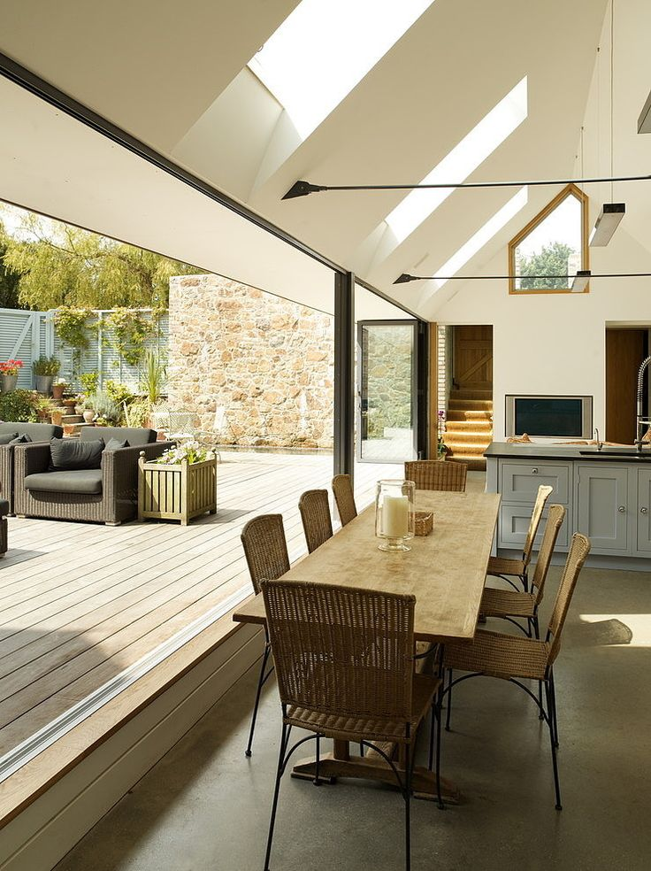 全開口のスライドドアとウッドデッキの屋外リビング   住宅デザイン