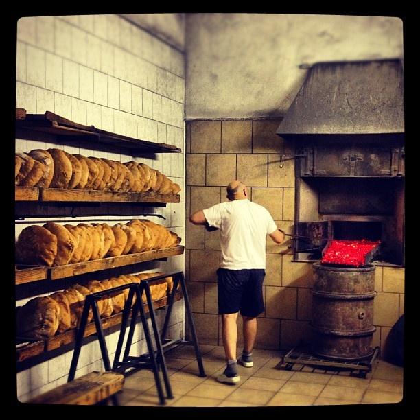 Pane appena sfornato #toscana #montescudaio #fornaio #borgo