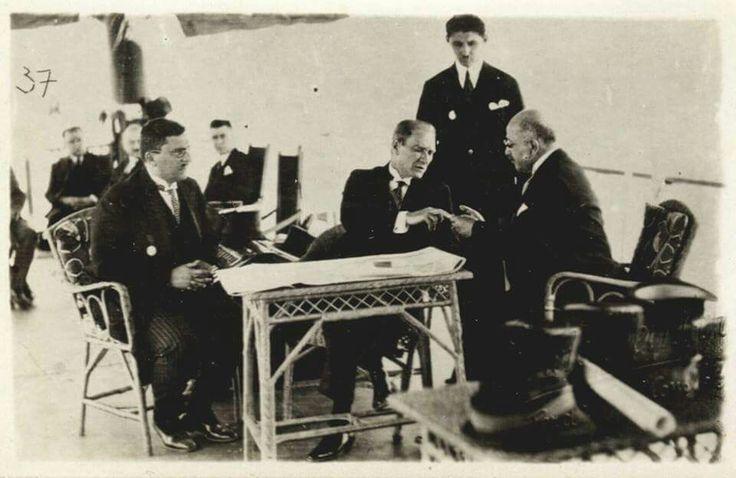 1 Temmuz 1927, İstanbul'a 8 yıl sonra ilk kez gelen Atatürk, Doktor İbrahim Tali Öngören'e İstanbul'da sıtmayla mücadele kampanyası için parmağından kan aldırıyor...  (Atatürk'ün bu fotoğrafı, İstanbul'da sıtmayla mücadele konusunda yapılan propagandaya en olumlu katkıda bulunmuştur...)