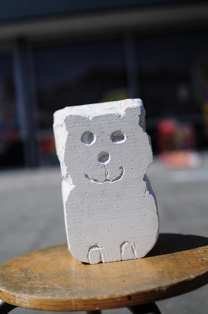 Beeldhouwen: door steeds materiaal weg te halen een vorm in model brengen. Dat materiaal kan zijn: steen, gips, piepschuim, hout, ijs, zand,