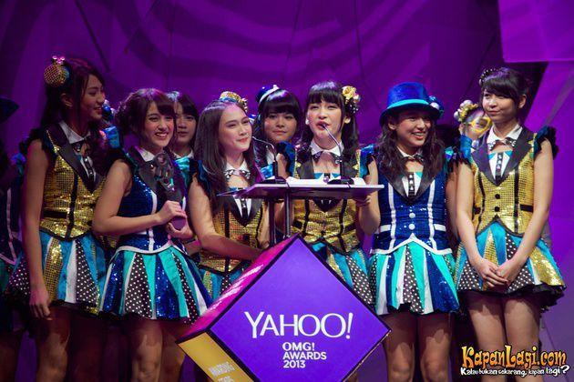 JKT48 berhasil membawa pulang penghargaan Yahoo OMG Awards 2013 untuk kategori Celeb With Most Die hard Fans. Congrats, JKT48!
