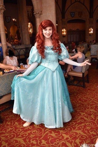 マジックキングダム(WDW)の「シンデレラ・ロイヤルテーブル(Cinderella's Royal Table)」の口コミ、評判、感想、メニュー、料金、写真、混雑具合をまとめています。プリンセスたちが登場する大人気キャラクターダイニング。シンデレラ城の中で食事ができるのは世界でここだけ。アメリカ料理。人気レストランなので旅行日が決まったら...