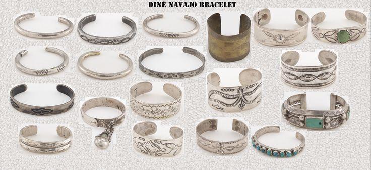 """Con l'argento, gli artigiani Navajo, producono molti e particolari ornamenti, come questi braccialetti. Se lo stile è quello ispano-moresco, il simbolismo che si cela dietro questi ornamenti scaturisce dalla mitologia indigena. I Navajo hanno iniziato a lavorare l'argento solo nel 19° sec. Delgadito o """"Old Smith,"""" (c. 1828-1918) potrebbe essere stato il primo Navajo ad aver imparato il mestiere da un argentiere messicano intorno al 1853."""