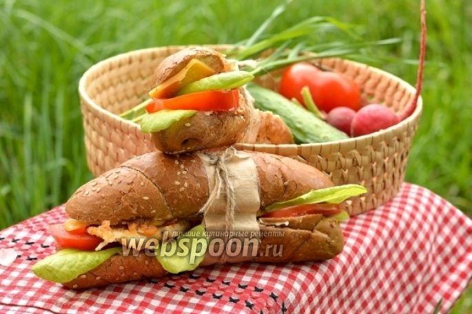 Сэндвич с курицей, сыром и помидорами