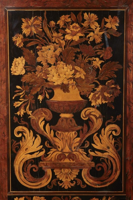 Cabinet formant médailler en placage d'amarante, citronnier, bois teinté, bois de rapport et étain. I