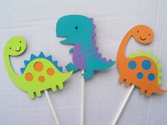 Su pequeño t-rex está seguro de amar a este centro de mesa de Dino-mite! Colores fueron todos :) seleccionados por mi hijo de 3 años y corte y reconstruidos por mí. Si desea agregar o cambiar colores por favor hágamelo saber, estoy feliz de hacer cualquier cambio personalizado que usted necesita! Redacción dino ácaro, números en círculos, hojas, y los volcanes con caras sonrientes están también disponibles en este tema.    Los caracteres son aprox. 3 1/2 de altura y están pegados a un…