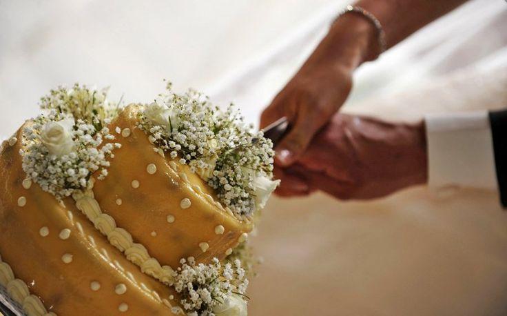 Prachtige bruidstaart aangesneden direct na de trouwceremonie in Siena! ©Con Amore.- Romantische bruiloften in Toscane.