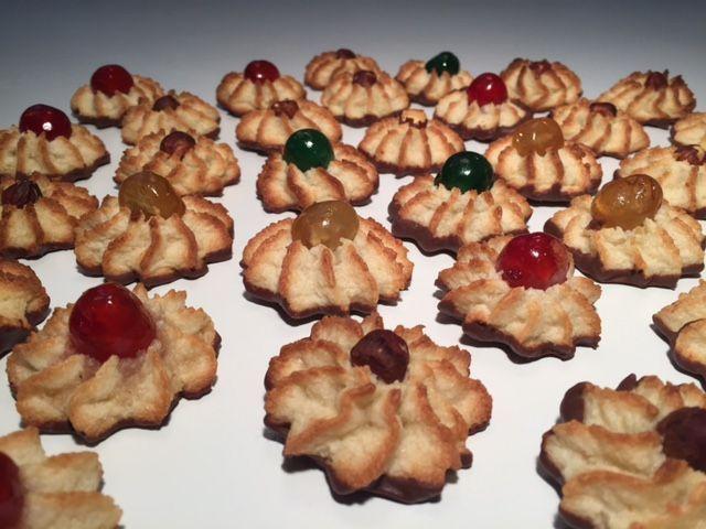 Lækre små kransekagetoppe er et must til jul og nytår. Dejen er dejlig blød, så de sprøjtes nemt ud med en krafig engangssprøjtepose og en stor stjernetyl