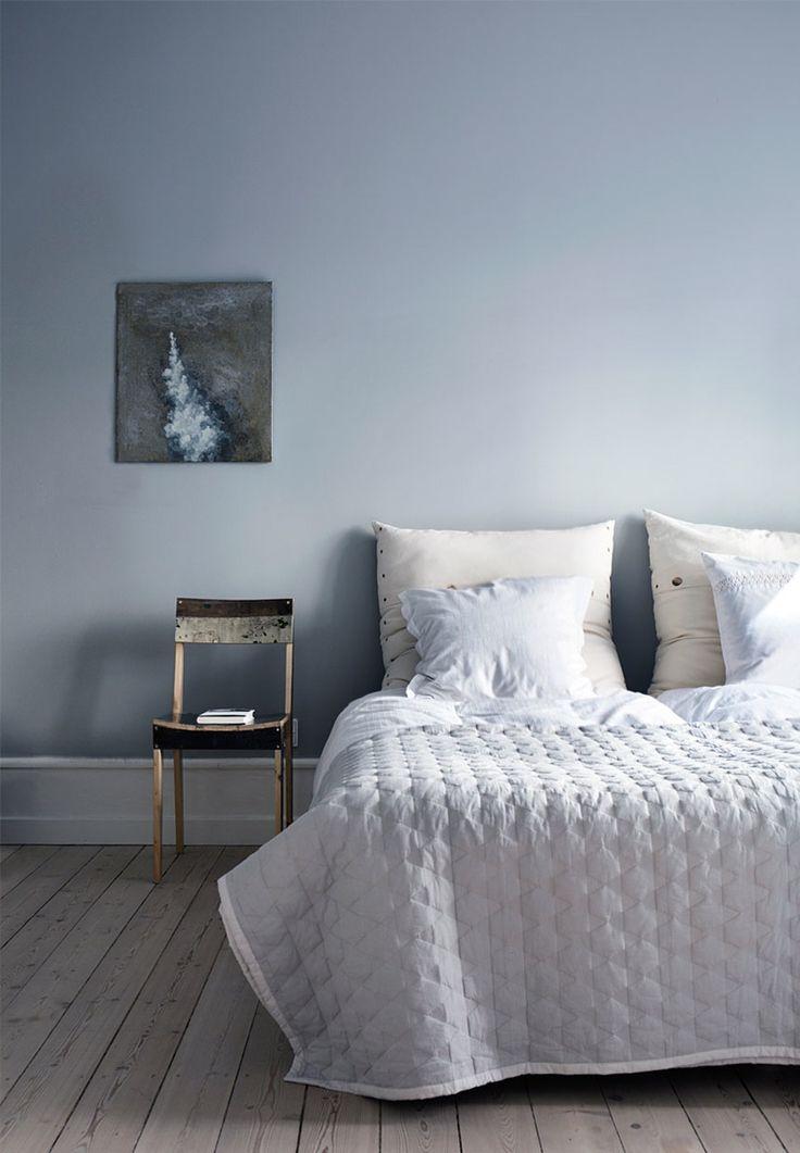Sengetæppe fra HAY, stol af Piet Hein Eek og vægfarven er Lamp Room Gray fra Farrow & Ball.