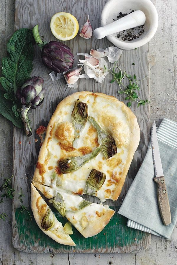 Deze witte pizza heeft als basis stracchino, een halfzachte koekaas die je bij de delicatesssenwinkel kunt vinden. Je kunt ook taleggio gebruiken.