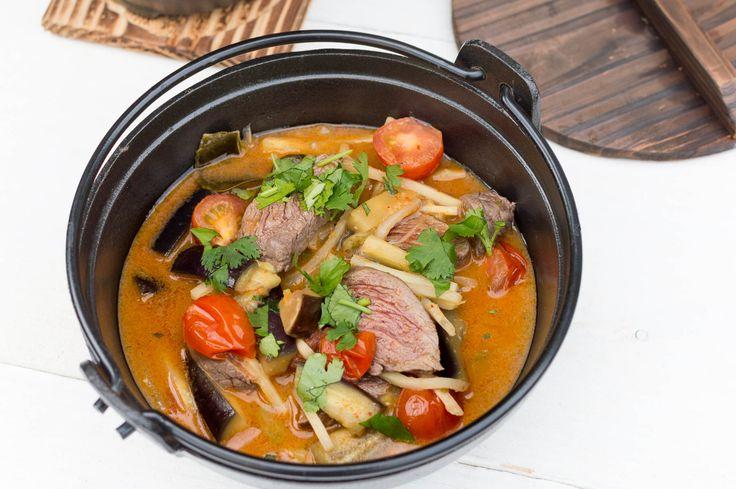 Hier vind je een duidelijk en makkelijk recept voor Thaise rode curry met biefstukpuntjes, aubergine en cherrytomaatjes. Aanrader!