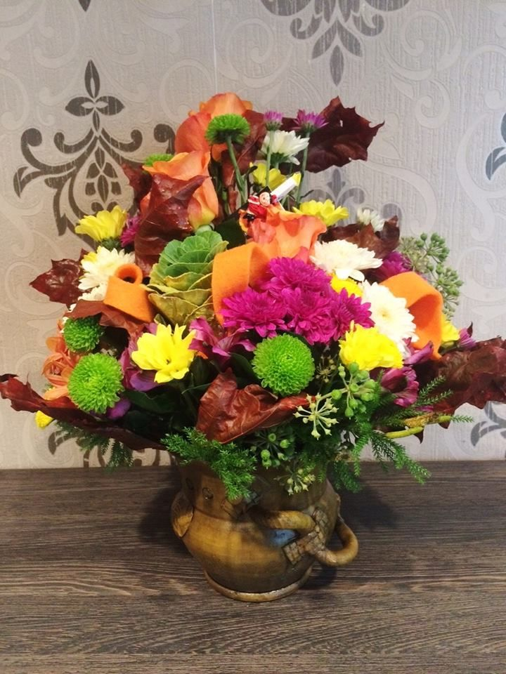 Doesn't it seems like a painting? #fall #flower #arrangement  #chrisantemum #roses #colorful #roflora