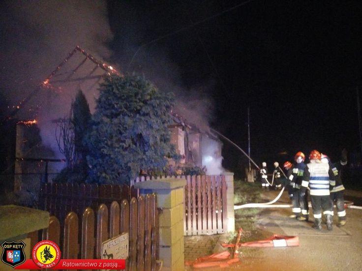 Policjanci uratowali pięć osób, strażacy walczyli z ogniem – FOTO #Bielany #pożar #ogień #stodoła #OSP #straż #strażacy