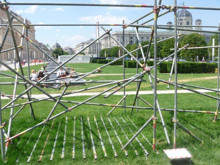 braindump - neuronales Netzwerk im öffentlichen Raum, Klangskulptur von Philip Leitner & Stefan Pircher am MQ Vorplaz, Foto: © Eva Ellersdorfer-Meissnerova
