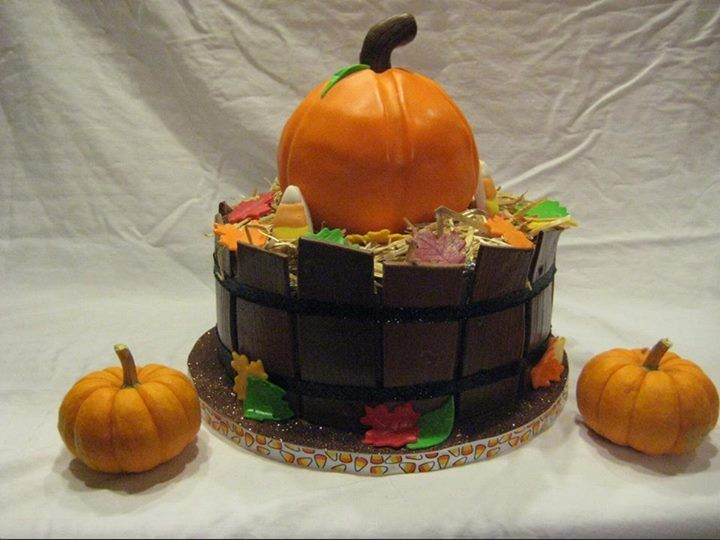Check out Kayla's entry in our Halloween decorating contest: Fall pumpkin #cake! Re-pin to vote for her entry and help her win a free decorating session at our studio! #cakestar