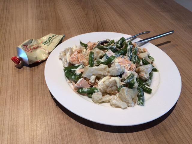 Een groenten-zalm salade. De salade bestaat uit restjes sperziebonen en gekookte bloemkool van gisteravond met stukjes zalm (Gisteravond de moot zalm 15 minuten in de oven gedaan maar dit gerecht kan ook met plakjes zalm of gerookte zalm). Flink wat mayonaise (de Zaanse vind ik het lekkerst) en klaar is de fitte lunch.