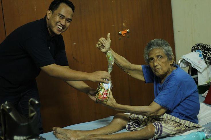 Berbagi Kebahagiaan di Panti Werdha  Islamedia  Bagaimana rasanya hidup jauh dari keluarga di saat usia sudah mulai menua?  Sore itu menjadi salah satu sore yang bahagia di langit Ramadhan ini. Ada banyak yang sedang diperjuangkan sore ini. Salah satunya adalah keberkahan senja Ramadhan yang akan didapatkan oleh orang-orang yang menjemputnya. Dan sore itu 18 Juni 2016 kumpulan pemuda dan pemudi dari mahasiswa serta alumni FISIP Universitas Indonesia sedang menjemput keberkahan yang…