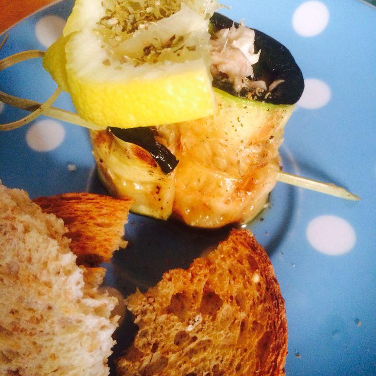 Gegrilde courgette uit eigen tuin met een vulling van tonijnsalade met ricottakaas. #voorgerecht