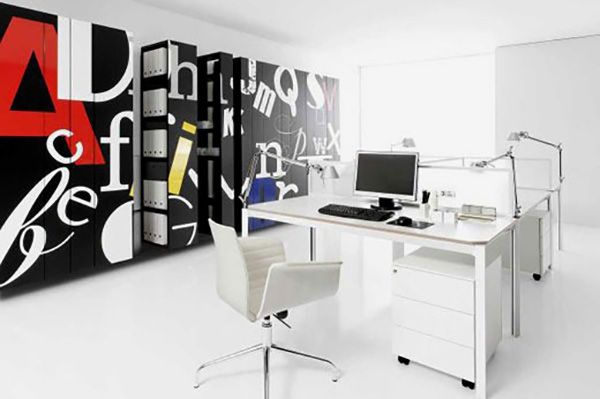 Sítusos megoldás lehet az iroda, beépített bútorokkal történő beépítése.  http://www.hvbutorstudio.hu/irodabutor-keszites/