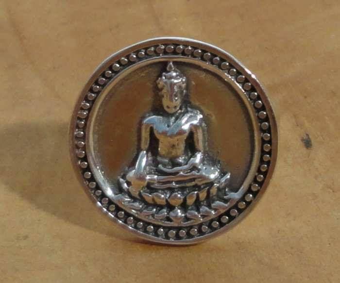 Mooie Boeddha ring van 92,5% puur zilver, afkomstig van een Fair Trade project van Madat Nepal in Nepal. Deze Boeddha vond verlichting onder de heilige bodhiboom, nadat hij een rijk leven achter zich liet en vele ontberingen in het leven leerde kennen. Hij is de oprichter van het Boeddhisme en heeft vele leerlingen zijn wijze lessen (dharma) doorgegeven.