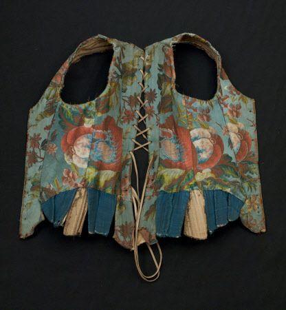 Kijk naar de kleurrijke stof gebruikt voor deze antieke lijfje!  Amazing !!!  Een deel van korset lijfje en mouwen Gemaakt van blauwe zijde brokaat met een grootschalige opzet van naturalistische bloemen in roze, groen en geel.  Dit is Franse zijde - punt rentree 1735-1737.  Er zijn blauwe lipjes linnen.  Het is bekleed met linnen.  Het wordt zwaar bot met oogje gaten onderaan de rug en fronten voor het lijfje.  Mouwen zou hechten met blauw lint.  De manchet van de mouwen is afgezet met ...