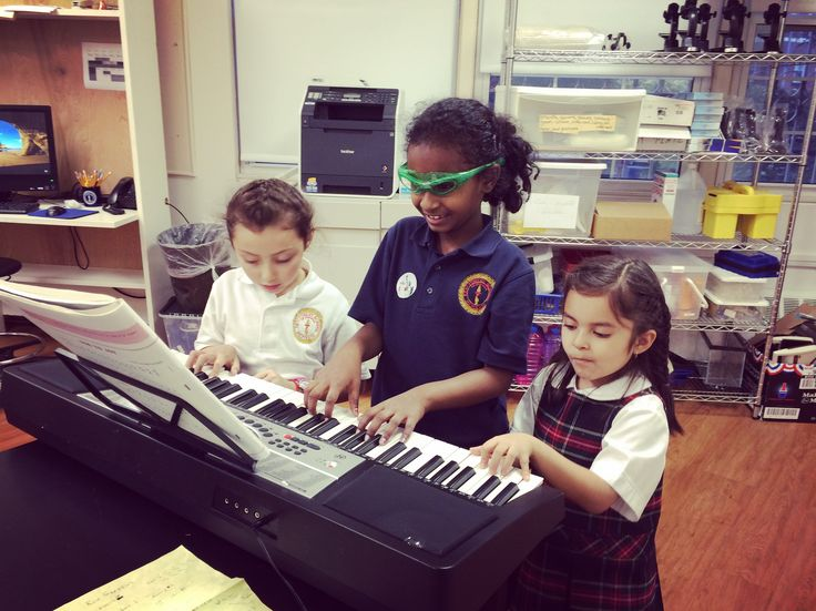 Happy Wednesday! Here is a wonderful picture shared with us by Ms. Alaleh. These are the students of Ms. Michele at Kew-Forest School. Thank you so much for sharing this with us on this chilly morning! We love seeing our students so excited about learning! Happy Practicing everyone! 🎹