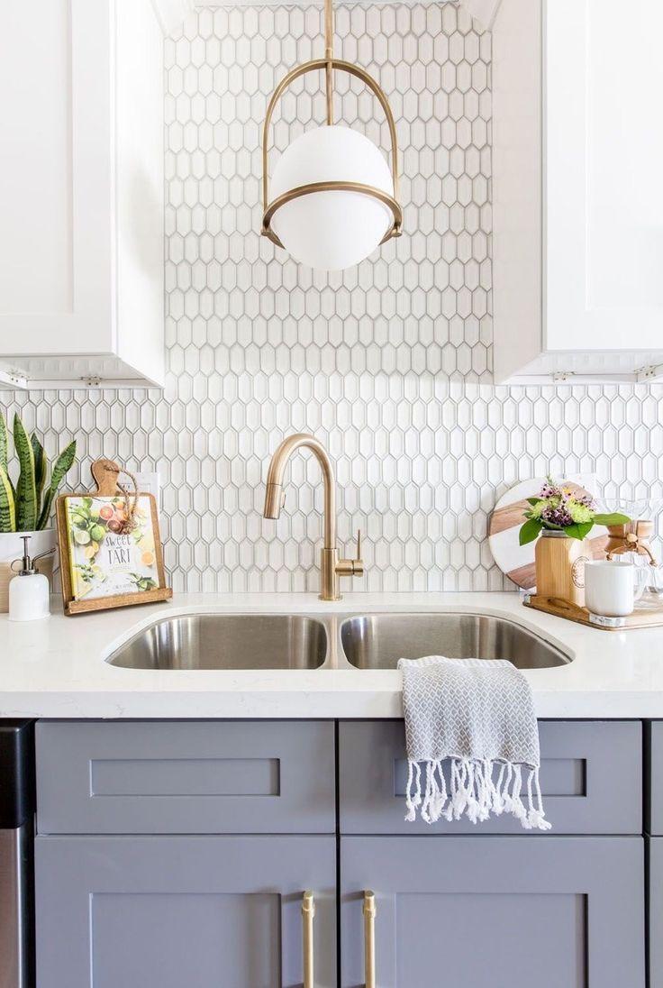 A beautiful backsplash in a modern classic kitchen. in 2019 ...