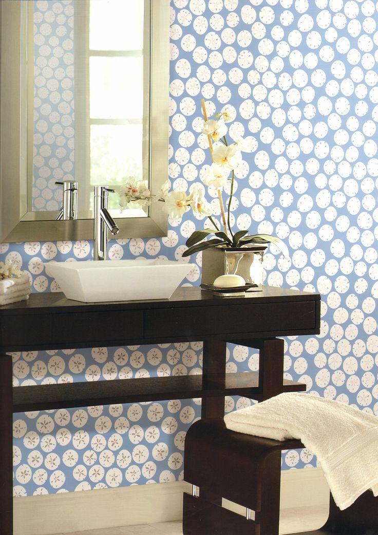 O papel de parede com estampa de bolachas do mar é uma boa opção para o lavabo, pois tem cores leves, e dá uma cara descontraída à decoração.