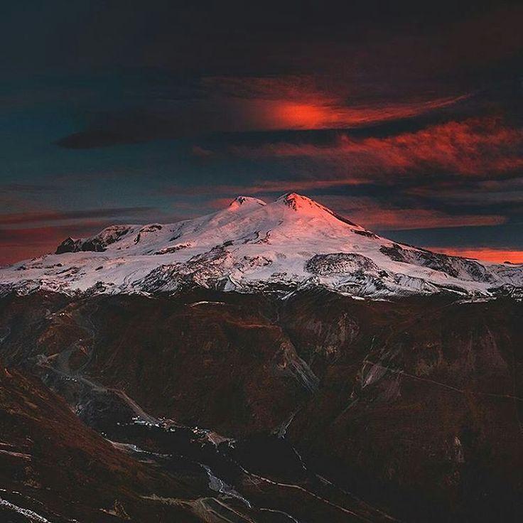 """""""Эльбрус, Кавзкаские горы. Автор фото: @mikhailsamarin. Поделитесь с нами своими лучшими кадрами, пометив их тегом #natgeoru."""""""