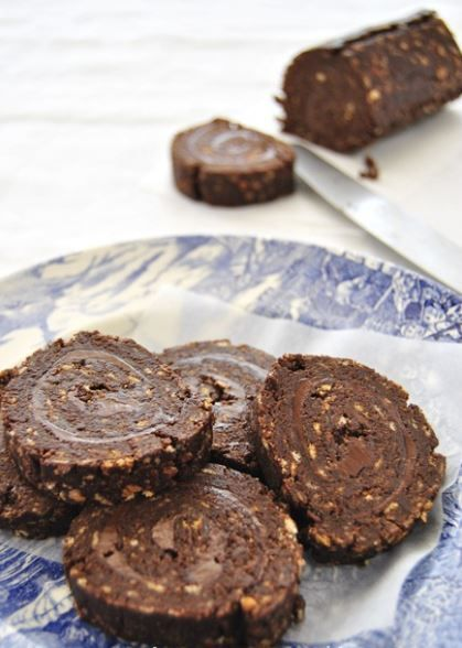 Υπέροχο σοκολατένιο ρολό ψυγείου, χωρίς βούτυρο με μπισκότα και μερέντα για τους λάτρεις της σοκολάτας και της πραλίνας φουντουκιού όλων των ηλικιών, για ό