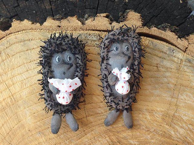 Вот и ёжики взяли свои узелки и собираются в путь😜😃☺️ #lisa_karmannaya #artdoll #art #instadoll #inst #dolls #doll #broaches #broach #brooch #море #солнце #ёж #ёжик #мастеркрафт #ярмаркамастеров #текстильнаяброшь #hobbyteam #купить #подарок #авторскаяработа #ручнаяработа #брошкаручнойработы #брошьручнойработы #брошечка #брошка #брошь #лиса_карманная #дети  #hendmade