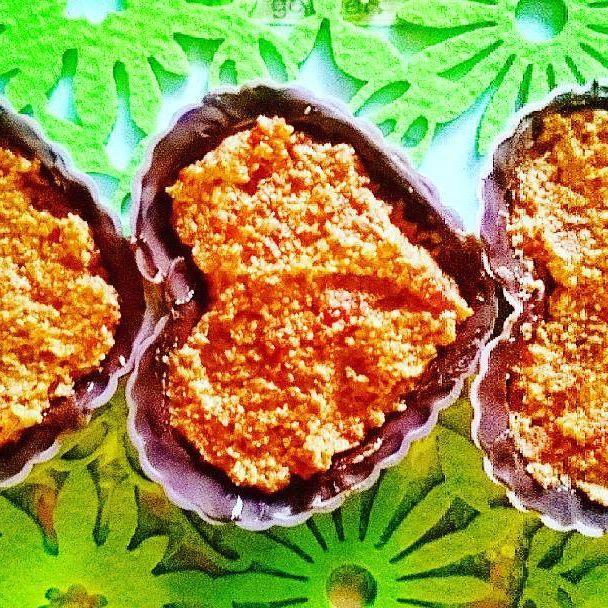 Praliny z ciemnej czekolady nadziewane orzechowcem i jagodami goji