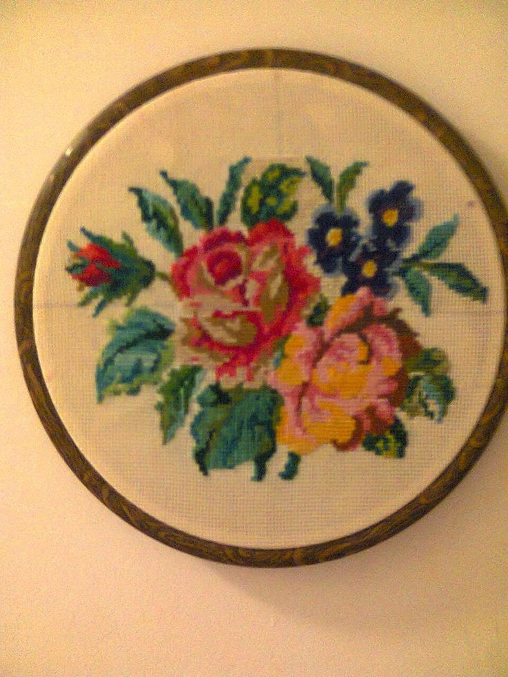 Adriana  Hobby: Medalion cu trandafiri  lucrat în punct cross stit...