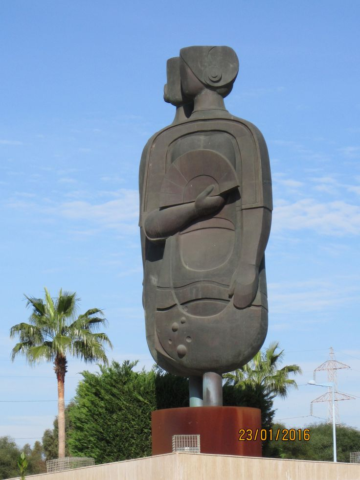 Punto de vista 2. Homenaje a la ciudad de Dos Hermanas por el escultor Salvador García, año 2005.