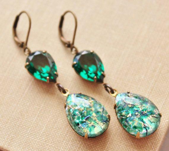 Mooie kleine oorbellen gemaakt met behulp van vintage, unieke groen glas brand opalen en echte Swarovski elementen. De opalen zijn door de mens