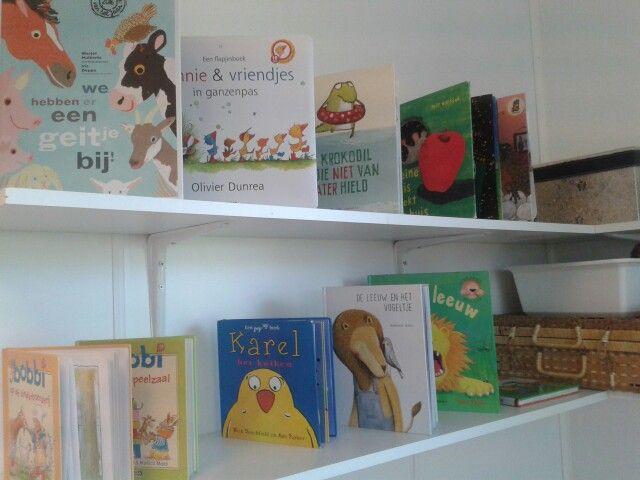 De planken vullen wij met allerlei boeken van ons zelf en de bibliotheek over het thema. Dit keer thema Dieren