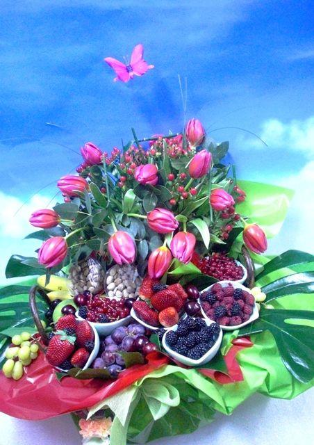 También tenemos esta cesta de tulipanes con frutas variadas en diferentes tamaños.