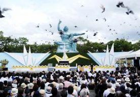 9-Aug-2014 15:53 - KRITIEK BIJ HERDENKING ATOOMAANVAL. Bij de herdenking van de Amerikaanse atoomaanval op Nagasaki heeft de burgemeester van de Japanse stad kritiek geleverd op de regering-Abe. Abe wil dat het Japanse leger weer een rol gaat spelen in het buitenland door mee te doen aan vredesmissies. Daartoe zal de grondwet worden gewijzigd, kondigde de premier aan. Hij vindt dat de grondwet uit de tijd is. De wet werd in 1947 onder leiding van de Amerikanen opgesteld. Daarin is...