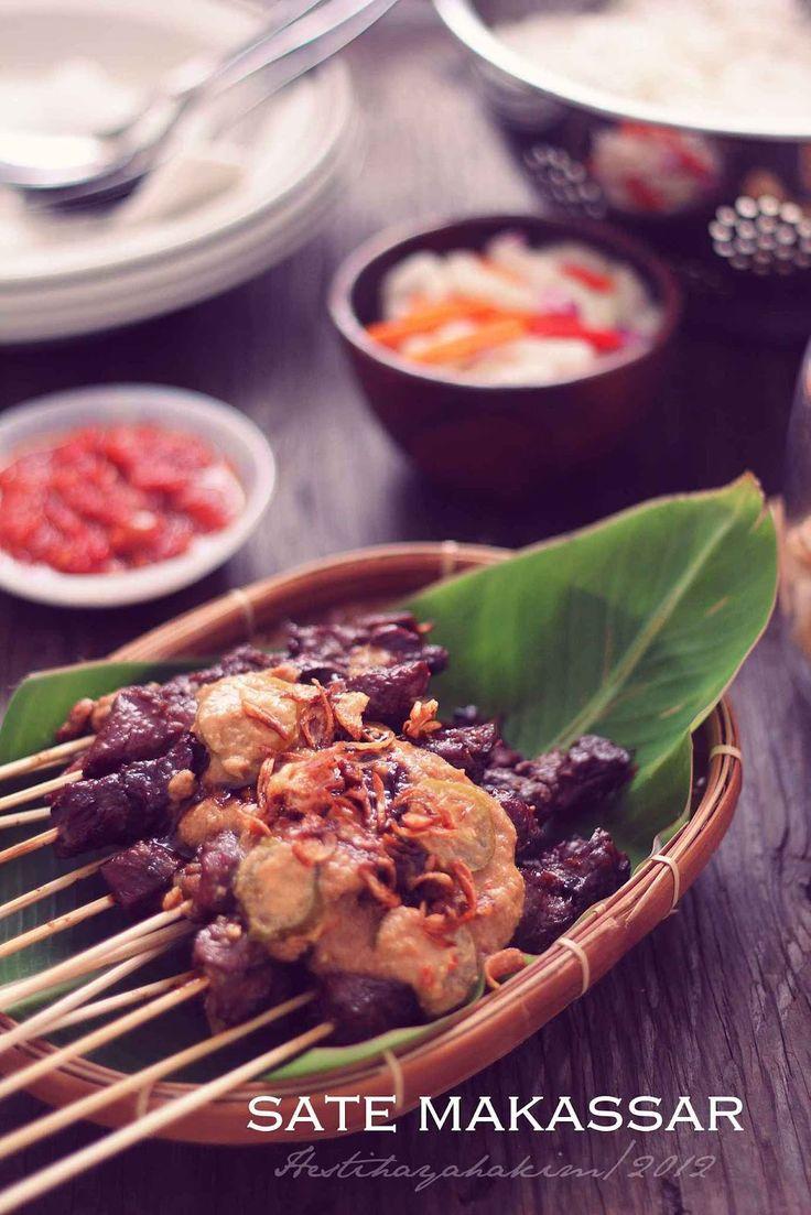 Sate Makassar pada umumnya sama  saja dengan sate dari daerah lain. Cuma ciri khasnya ada di bumbu  kacangnya yan...