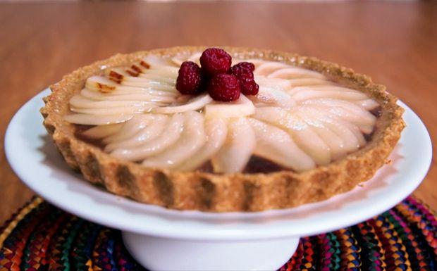 Linda e saudável! Torta de pêra da Bela Gil é feita com massa de aveia.