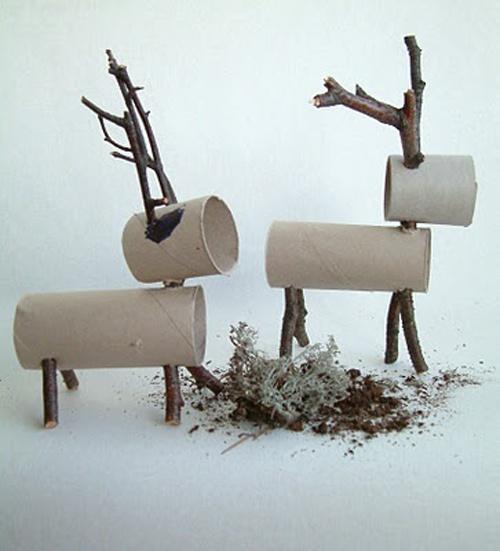 Renos con rollos de papel y unos tronquitos