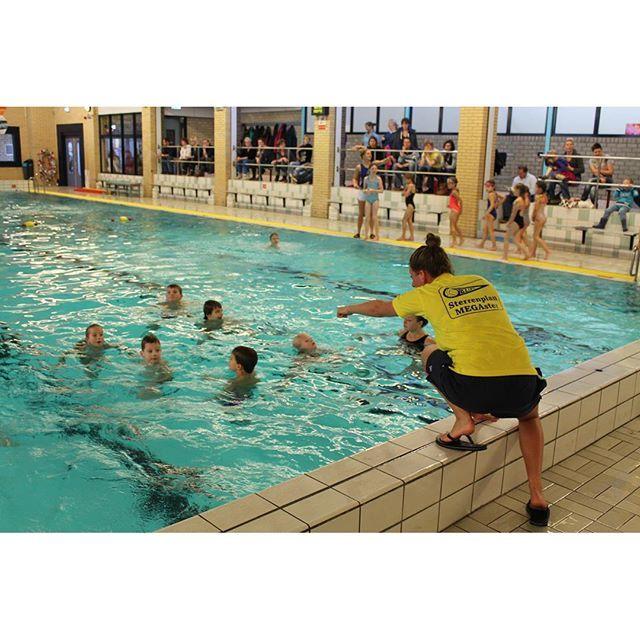 Zaterdag 19 september start Sterrenplan  Zaterdag 19 september om 12.45 uur start weer een nieuw Sterrenplan seizoen. Het Sterrenplan is een onderdeel van BZ&PC waarbij kinderen van 5 t/m 9 jaar op een speelse manier oefenen voor wedstrijdzwemmen waterpolo en synchroonzwemmen. Iedere training wordt ook altijd afgesloten met een leuk spel. Na gemiddeld 7 trainingen volgt een toets waarbij alle kinderen kunnen laten zien wat ze geleerd hebben. En na afloop van de toets ontvangen ze een…